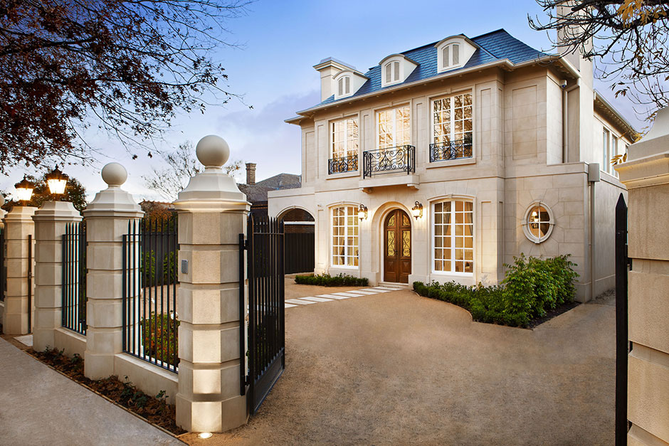 Royale construction for French country architecture characteristics